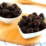 photo of two bowls of fresh picked blackberries to smash and add flavor to blackberry tea