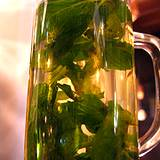 photo of a canning jar full of peppermint tea and peppermint leaves